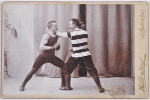 Kató József:  Beállított ökölvívó jelenet. Jobbról Vermes Lajos. Kolozsvár, 1899.
