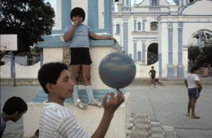 Gyerekek játszanak az udvaron, Tehuantepec, Oaxaca állam, Mexikó © Alex Webb/Magnum Photos